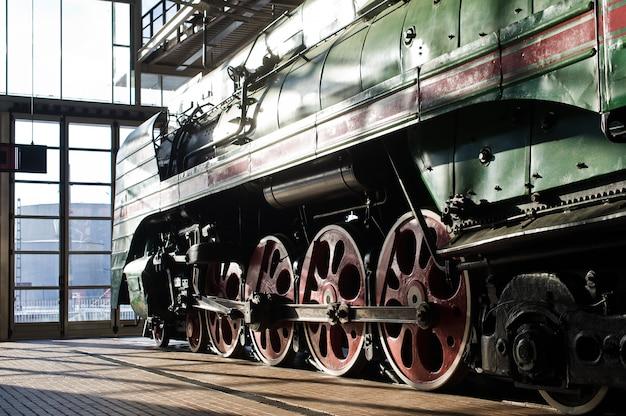 Museu ferroviário, exposição de locomotivas antigas, trens e carros