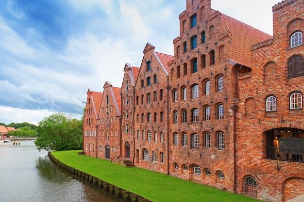 Museu holstentor da cidade lübeck, norte da alemanha. arquitetura gótica de tijolo tradicional.