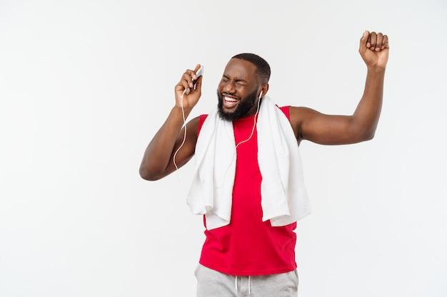 Música afro-americano homem bonito em seu dispositivo móvel após o exercício do esporte.
