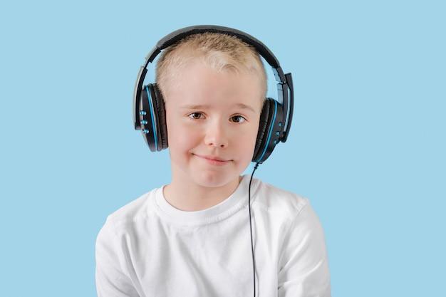 Música criança feliz com fones de ouvido