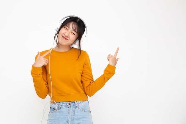Música de mulher asiática jovem beleza com fones de ouvido