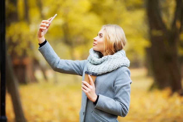 Música de mulher jovem beleza na floresta de outono