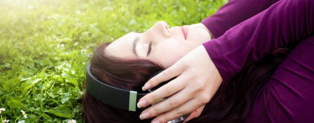 Música de mulher jovem e bonita com fones de ouvido