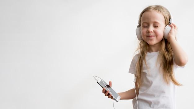 Música em fones de ouvido menina