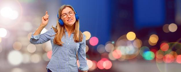 Música linda mulher sênior com um fone de ouvido
