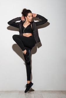 Música morena encaracolado feliz fitness mulher