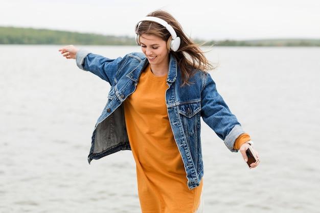 Música mulher à beira-mar