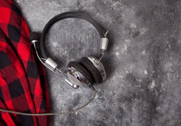 Música para fones de ouvido e camisa quadriculada quente ou xadrez no cinza. estilo de vida, música