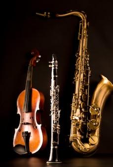 Música sax saxofone tenor violino e clarinete em preto