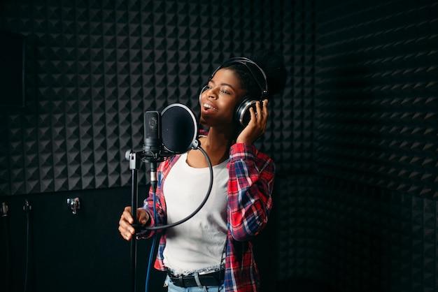 Músicas de performers femininas em estúdio de gravação de áudio