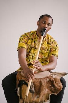 Músico afro-americano homem tocando flauta. classe musical online que aprende instrumentos musicais. estilo de ritmo e blues. cultura e tradições étnicas.
