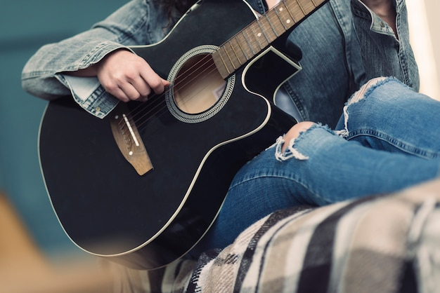 Músico com guitarra negra