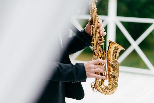 Músico de colheita tocando saxofone