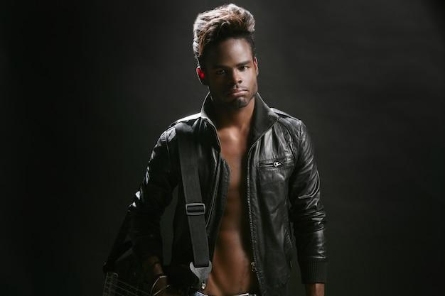Músico de estrela de rock de couro afro americano