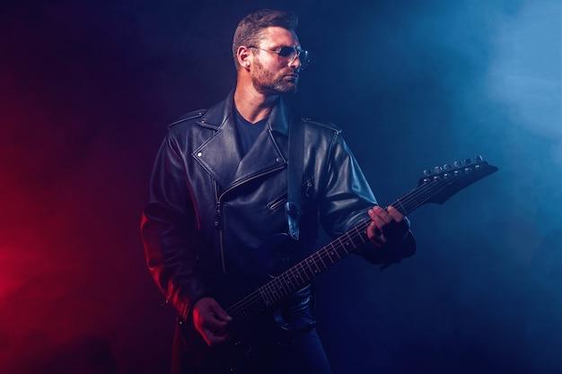 Músico de heavy metal está tocando guitarra elétrica. filmado em um estúdio.
