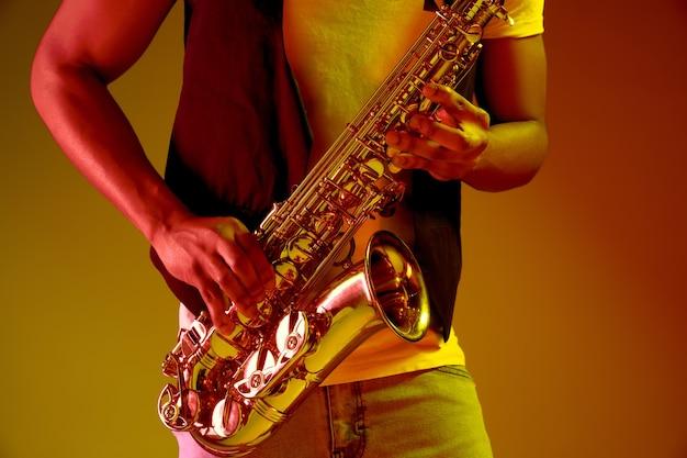 Músico de jazz afro-americano tocando saxofone.