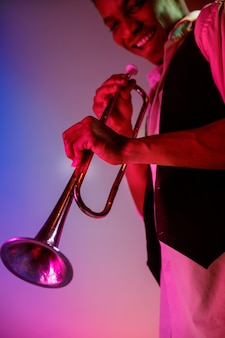 Músico de jazz afro-americano tocando trompete.