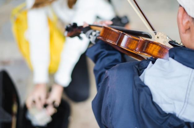 Músico de rua tocando violino