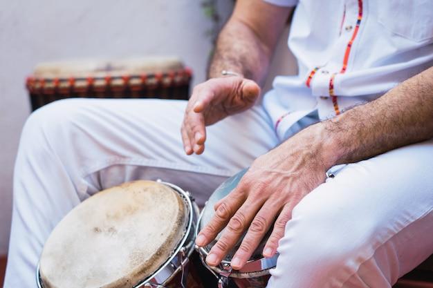 Músico de salsa tocando os bongos, um instrumento de percussão tradicional