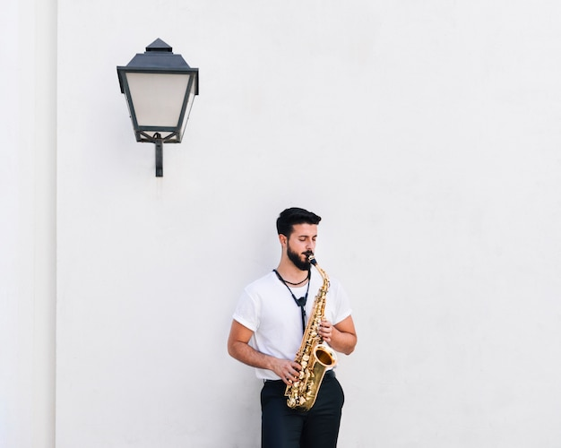 Músico de tiro médio de vista frontal tocando saxofone