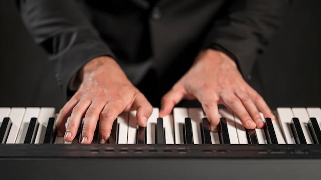 Músico de visão frontal tocando teclado