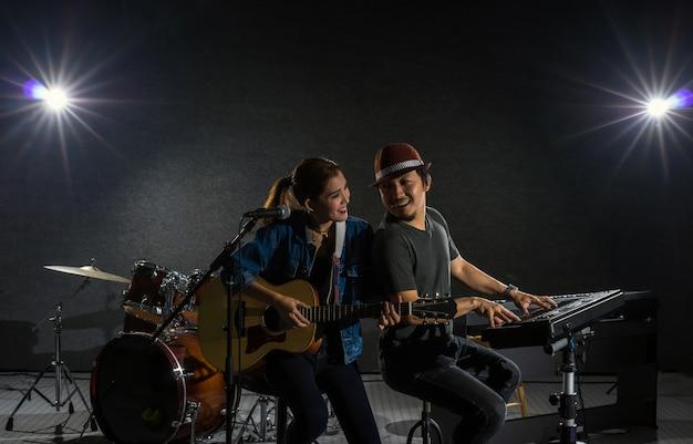 Músico duo banda cantando uma música e tocando instrumento musical com músicos da banda fellow