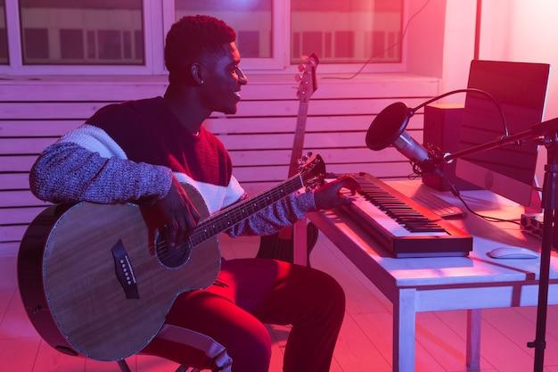 Músico e criador de música - produtor de som afro-americano trabalhando em estúdio de gravação