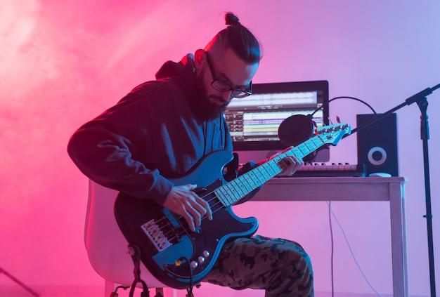 Músico e produtor de som masculino de fazer música conceito trabalhando em estúdio de gravação