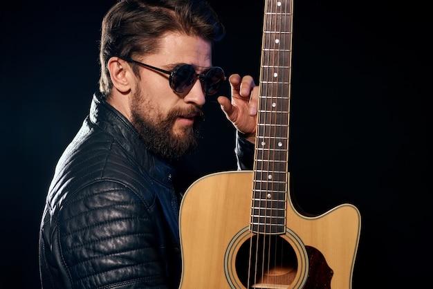 Músico estiloso segurando violão