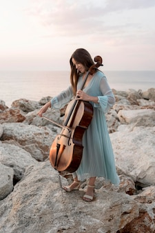 Músico feminino com violoncelo