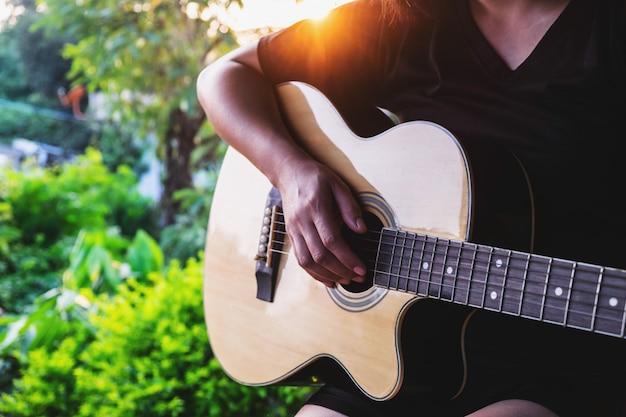 Músico feminino tocando violão clássico