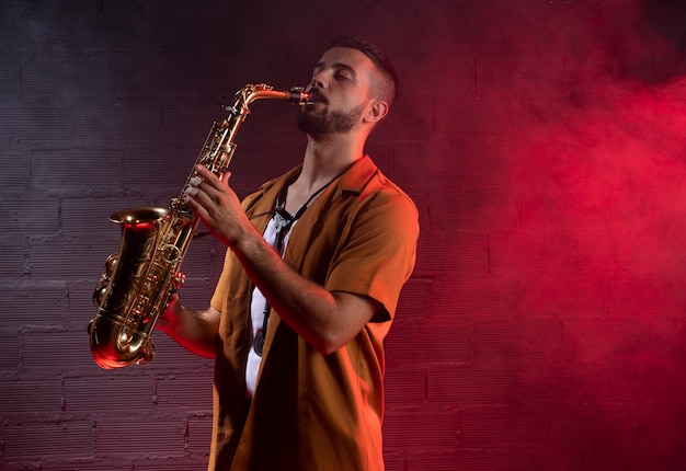 Músico masculino no nevoeiro tocando saxofone