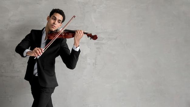 Músico masculino tocando violino