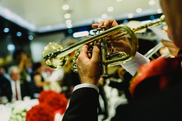 Músico mexicano com sua trombeta e guitarras