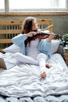 Músico na cama