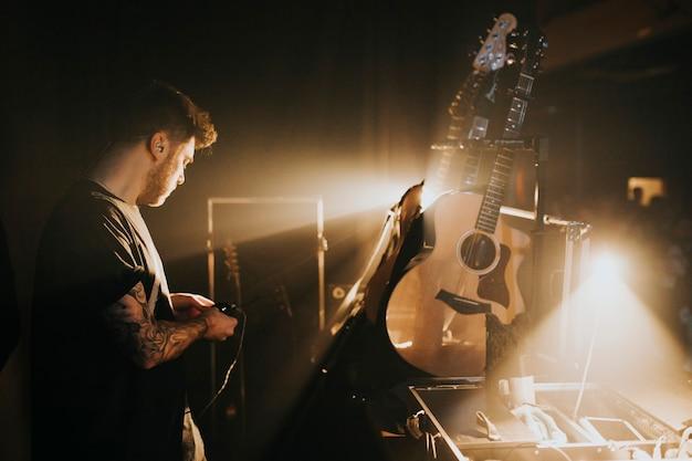 Músico nos bastidores em show