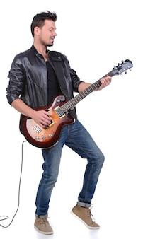 Músico novo que joga na guitarra.