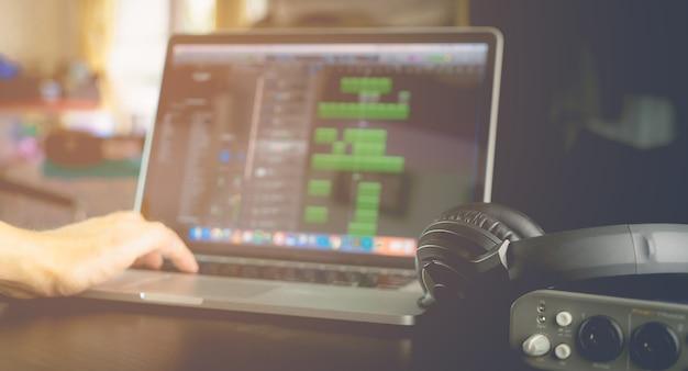 Músico produz música