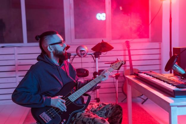 Músico profissional gravando violão em estúdio digital em casa, tecnologia de produção musical