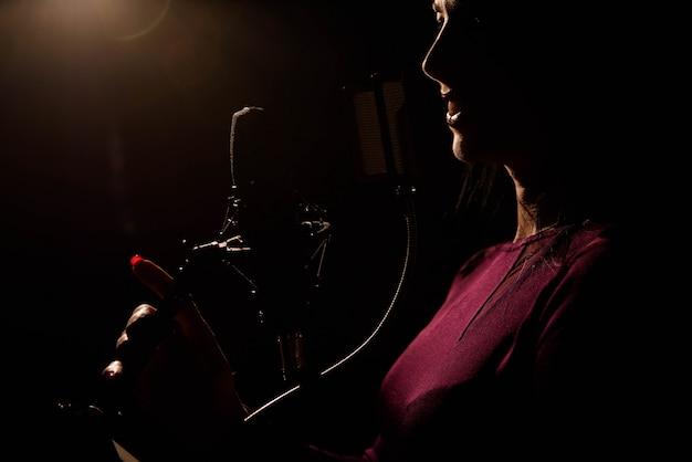 Músico profissional que grava a música nova no estúdio.