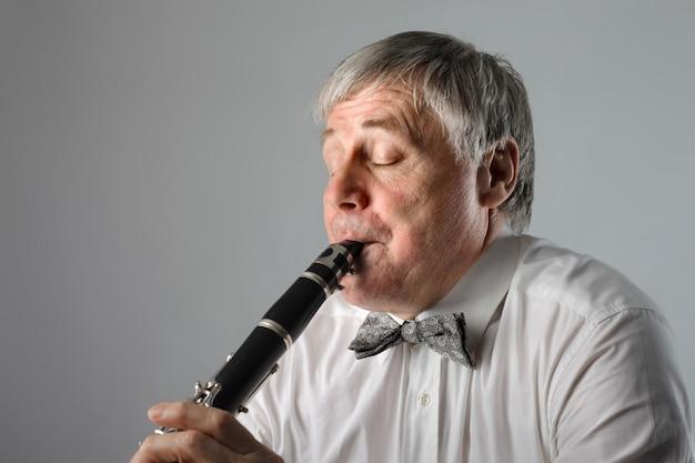 Músico sênior tocando em um clarinete