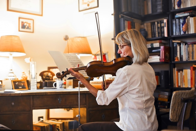 Músico sênior tocando violino