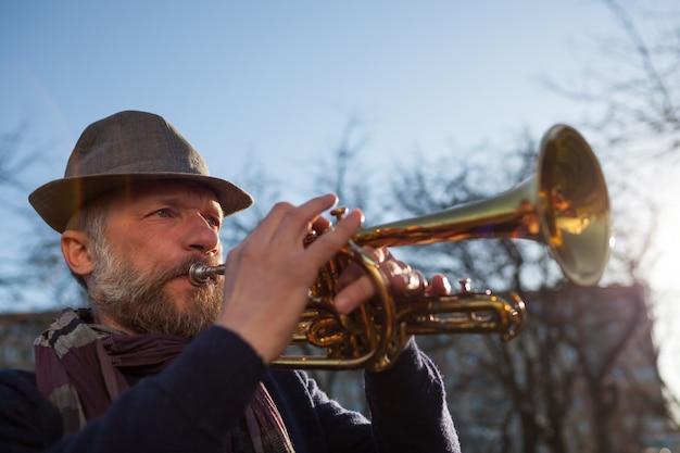 Músico toca na rua em uma trombeta