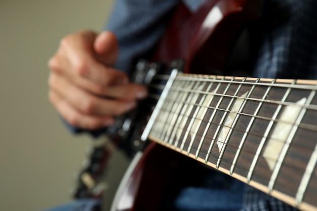 Músico tocando guitarra elétrica, close-up e foco seletivo