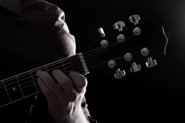 Músico tocando guitarra