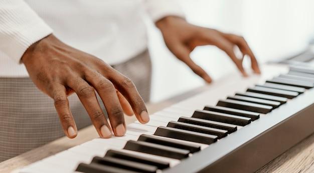 Músico tocando teclado elétrico
