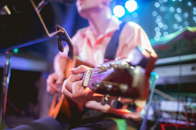 Músico tocando violão em uma festa