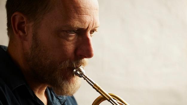 Músico veterano tocando trompete