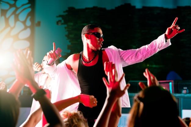 Músicos de rap ou hip-hop se apresentando no palco