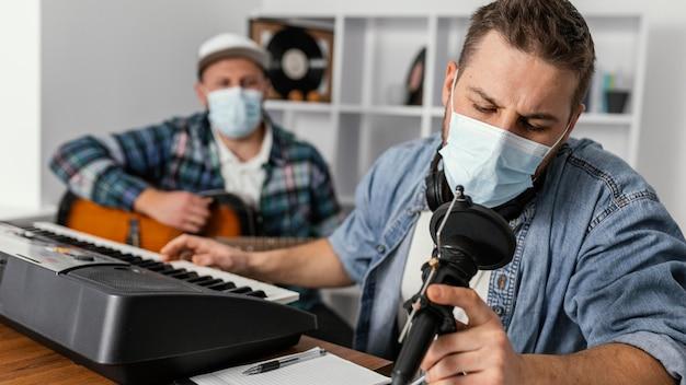 Músicos de tiro médio usando máscaras